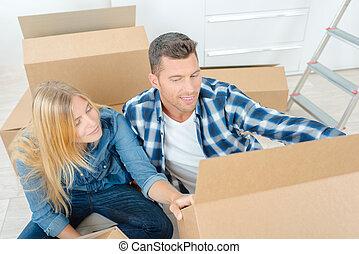 scatole, donna, uomo