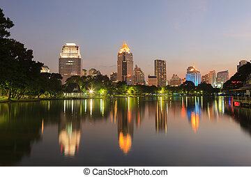 scena nocy, od, bangkok, sylwetka na tle nieba, na, zmierzch, z, lumphini, park