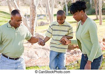 schöne , afrikanische amerikanische familie, spielen draußen