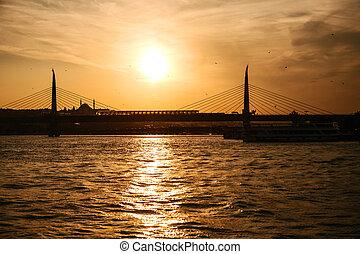 schöne , ansicht, von, der, brücke, und, boote, auf, der, bosporus, in, istanbul, in, türkei, an, sunset.