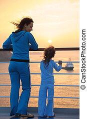 schöne , beide, frau, töchterchen, sie, deck, tragen, stehende , fokus., einstellung, sun., tracksuits, schiff, heraus schauen