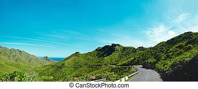 schöne , berge, schlängeln, asphalt, panorama, blauer himmel, fjord, moos, zwischen, berge., straße, ansicht