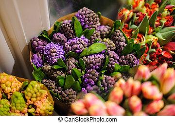 schöne , blumengebinde, von, hell, purpurne blumen, in, a, floristik
