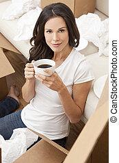 schöne , bohnenkaffee, frau entspannung, becher, tee, bewegen, junger, während, kästen, neu , trinken, home., oder, ledig, auspacken