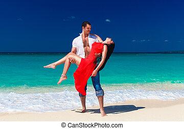 schöne , brünett, hält, junger, kueste, tropische , mann, kleiden, rotes , hübsch