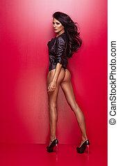 schöne , brünett, leder, aus, hintergrund., frau, posierend, damenunterwäsche, sexy, schwarz rot