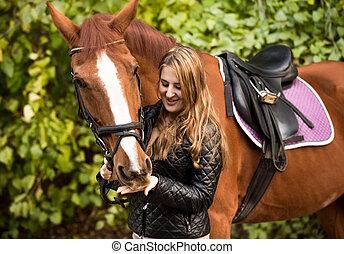 schöne , braunes pferd, frauenhände, fütterung, porträt
