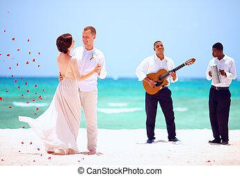 schöne , braut bräutigam, tanzen, auf, tropischer strand, live musik