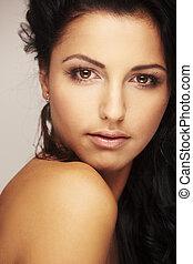 schöne , brunett, modell, in, studio, auf, licht, hintergrund
