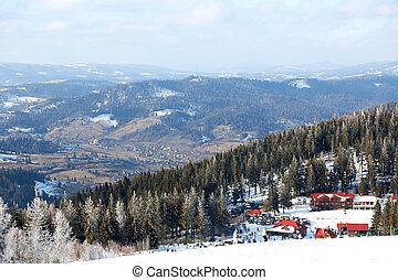 schöne , bunte, landschaft., der, fahren ski zuflucht, mit, a, hintergrund, von, a, klein, wohngebiet, umgeben, per, bäume.