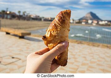 schöne , croissant, gegen, hand, sandstrand, hintergrund