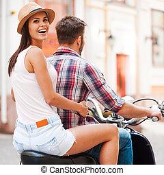 schöne , erforschen, frau, orte, aus, junger, zusammen, schauen, während, motorroller, zusammen., reiten, schulter, lächeln, neu , paar, hintere ansicht