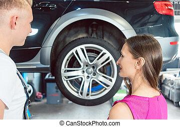 schöne frau, auto, zuverlässig, schauen, mechaniker, glücklich