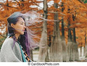 schöne frau, gehen, in, autumn.