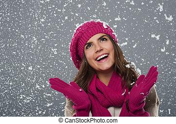 schöne frau, gleichfalls, glücklich, von, schnee, in, winterzeit