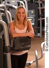 schöne frau, in, fitness, turnhalle