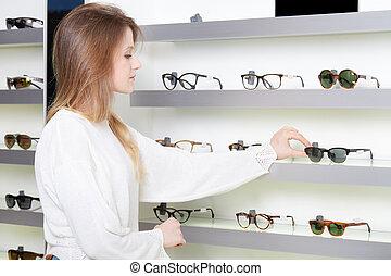 schöne, frau, junger, Brille, kaufen, kaufmannsladen