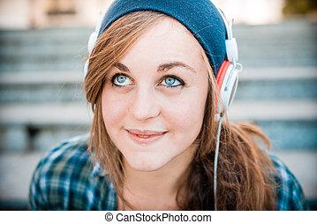 schöne frau, junger, musik- hören, hüfthose, blond