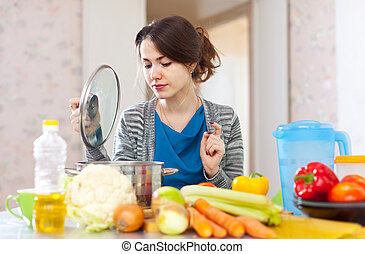 schöne frau, kochen, vegetarier, mittagstisch