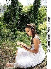 schöne frau, lesen buches, in, wald, natur