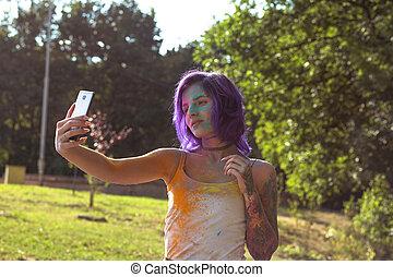 schöne frau, lila, nehmen, haar, fest, holi, tätowierte, selfie