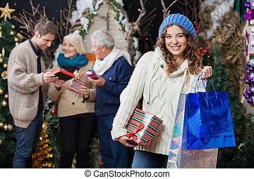 schöne frau, mit, familie, in, weihnachten, kaufmannsladen
