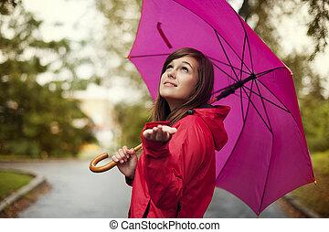 schöne frau, mit, schirm, prüfung, für, regen