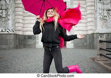 schöne, frau, schirm,  blond, bunte,  positivity, junger, optimismus, begriff, straße, glücklich