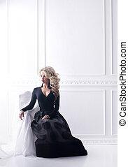schöne frau, sitzen, sessel, dress., posierend, retro, blond, interior., schwarzes mädchen
