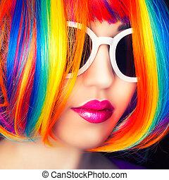 schöne frau, tragen, bunte, perücke, und, weißes, sonnenbrille, gegen, hölzern, hintergrund