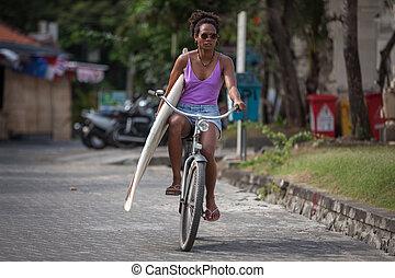 schöne , frisur, fahrrad, surfbrett, lila, surfer, hand, bikini, tragen, reiten, m�dchen, eins, afro