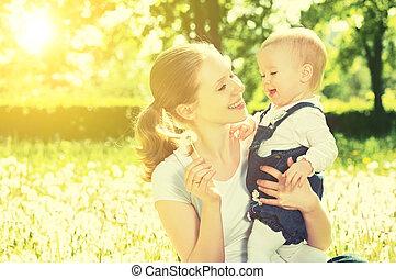 schöne , glücklich, wenig, töchterchen, in, a, kranz, auf, a, wiese, mit, gelbe blüten, löwenzahn, auf, der, natur, park