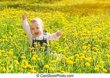 schöne , glücklich, wenig, töchterchen, sitzen, auf, a, grüne wiese, mit, gelbe blüten, löwenzahn, auf, der, natur, park
