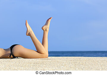 schöne , glatt, modell, beine, ruhen, der, sand, von, der,...