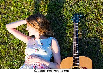 schöne , hippie, m�dchen, mit, gitarre, lügen gras