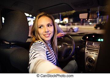 schöne , junge frau, fahren, sie, auto, an, night.