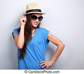 schöne , junge frau, posierend, in, strohhut, mode, sonne brille, auf, blauer hintergrund, mit, leerer , kopieren platz