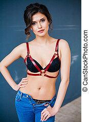 schöne , junge frau, tragen, jeans, verführerisch, damenunterwäsche, und, leder, accessories.
