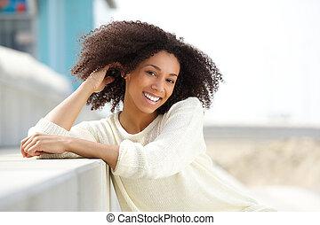 schöne , junger, afrikanische amerikanische frau, lächeln, draußen