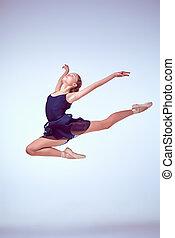 schöne , junger, ballettänzer, springende , auf, a, graue , hintergrund.