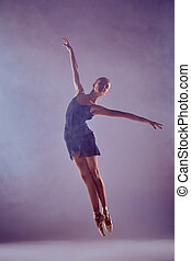 schöne , junger, ballettänzer, springende , auf, a, lila, hintergrund.