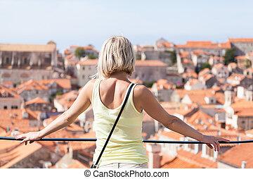 schöne , junger, blond, m�dchen, auf, a, hintergrund, von, verwischt, panoramisch, cityscape., dubrovnik