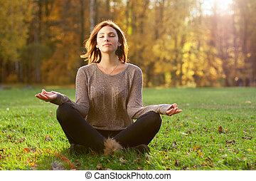 schöne , junges mädchen, meditieren, in, herbst, park