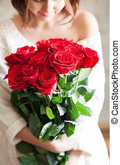 schöne , m�dchen, mit, groß, rote rosen, blumengebinde