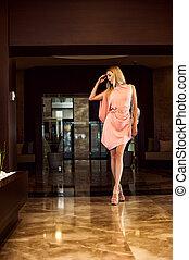schöne , mode, frau, in, asymmetrisch, rosa kleid