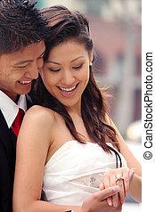 schöne , paar, jungvermählt, ihr, hochzeitstag, glücklich