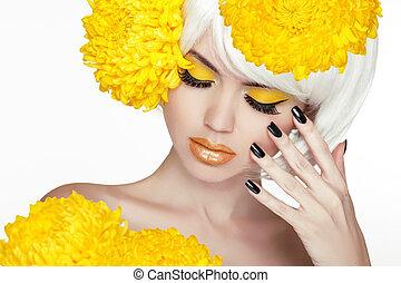 schöne , perfekt, frau, weibliche , sie, schoenheit, face., aufmachung, hintergrund, freigestellt, gelber , manicured, flowers., berühren, frisch, blond, spa, skin., porträt, weißes, nails.