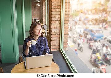 schöne , reizend, asiatisch, junger, geschäftsfrau, in, der, café, laptop benutzend, und, kaffeetrinken, lächeln