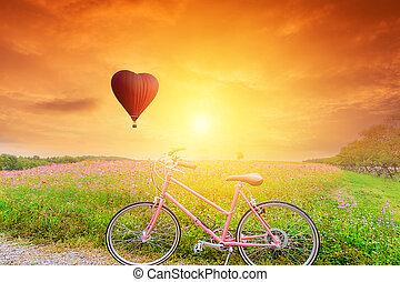 schöne , roter ballon, in, der, form, mit, bicycles, an, sonnenuntergang