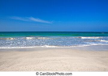 schöne , sandstrand, mit, kristall netto, blaues, wasser, der, meer, gegen, blauer himmel, .
